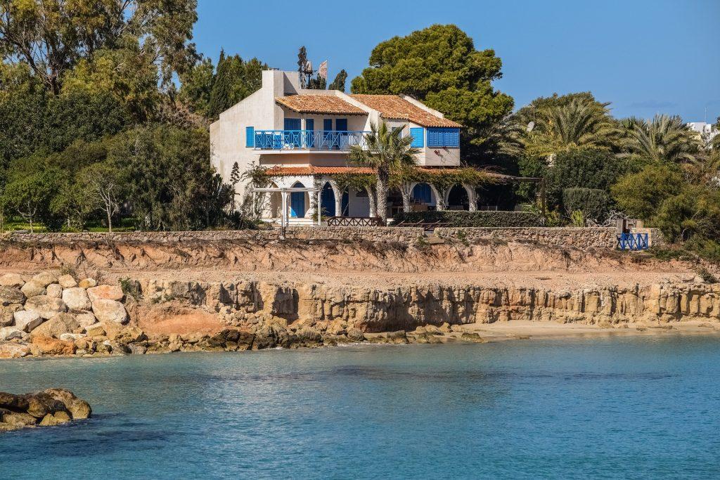 Maison familiale en bord de mer au milieu des palmiers